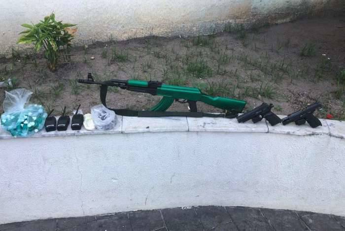 Policiais apreenderam fuzil, pistolas, drogas e rádios transmissores na comunidade da Light, em Realengo, na manhã deste domingo.
