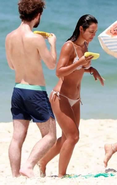 Yanna Lavigne curte dia de praia com amigo na Barra da Tijuca