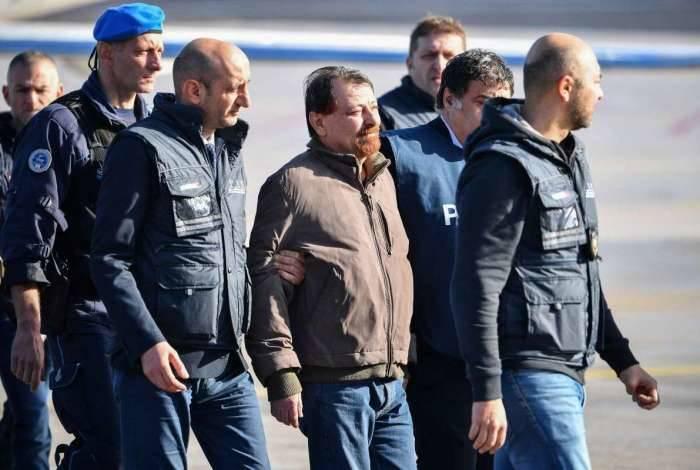 Battisti chega a Roma sem algemas, mas com forte esquema de segurança