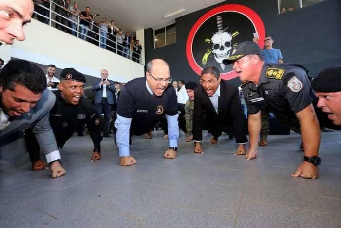 Wilson Witzel faz flexões em cerimônia de troca de comando do Bope