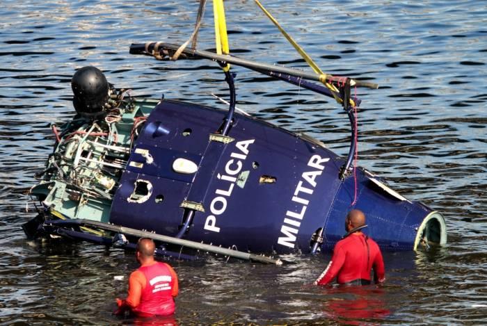 Helicóptero da Polícia Militar que caiu no Canal do Cunha, na Baía de Guanabara, começou a ser retirado no início da noite de segunda-feira