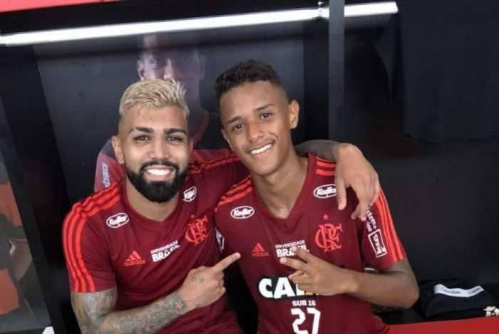 Gabigol é tietado pelos garotos da base do Flamengo