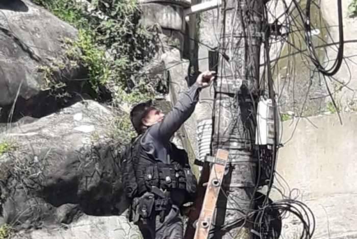PM's faziam um patrulhamento pela comunidade e tiveram a atenção voltada para a caixa preta fixada ao poste