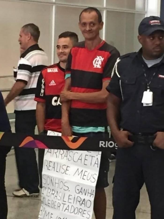 Torcedor pede dentadura no desembarque do Flamengo