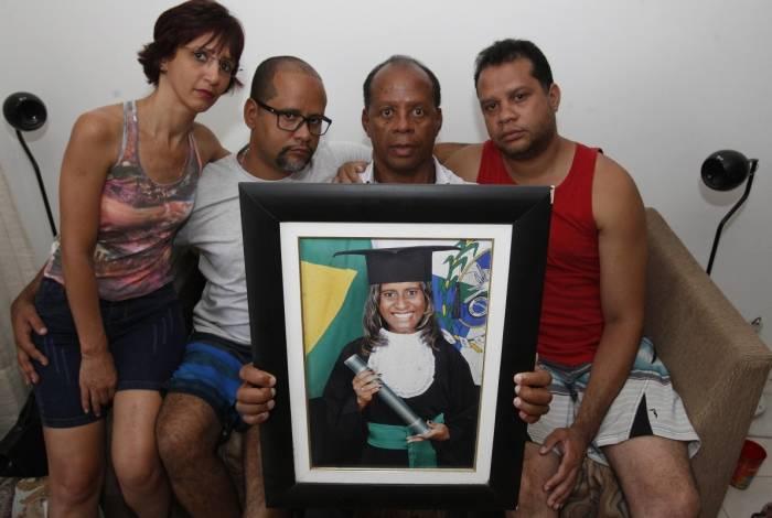 Familiares de Fernanda de Souza Siqueira, assassinada a facadas pelo marido: