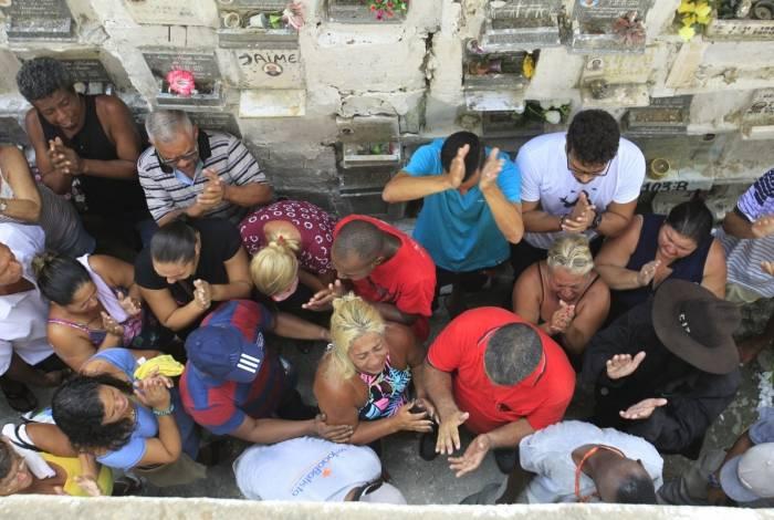 Amigos e familiares se despedem de Reinaldo Duarte Esteves