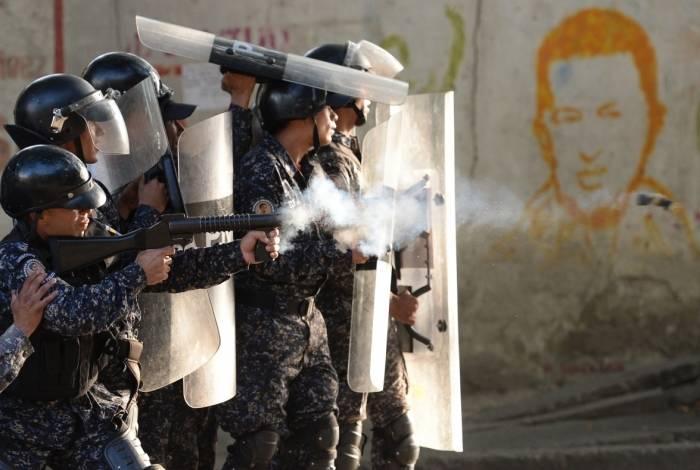 Policiais de choque em confronto com manifestantes contra o governo Maduro no bairro de Los Mecedores, em Caracas.