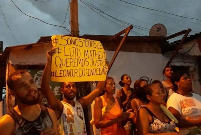 Familiares a amigos em frente à cadeia onde suspeito está preso: eles alegam que Leonardo Nascimento dos Santos não participou da tentativa de roubo e nem da morte de Matheus Lessa, assassinado ao defender a mãe em mercadinho de Guaratiba