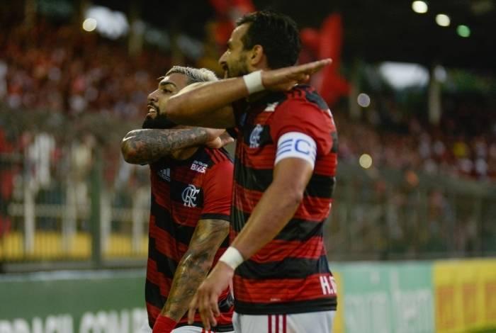 Jogadores do Flamengo comemoram gol de Dourado
