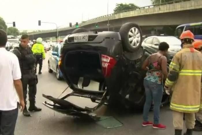Carro capota em São Cristóvão após motorista se assustar com tiroteio