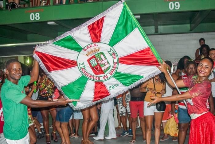 Casal de mestre-sala e porta-bandeira da Acadêmicos do Grande Rio durante ensaio na quadra
