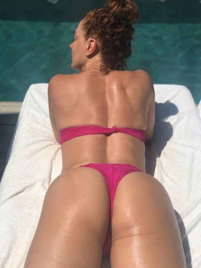 Claudia Raia curte dia de sol na piscina