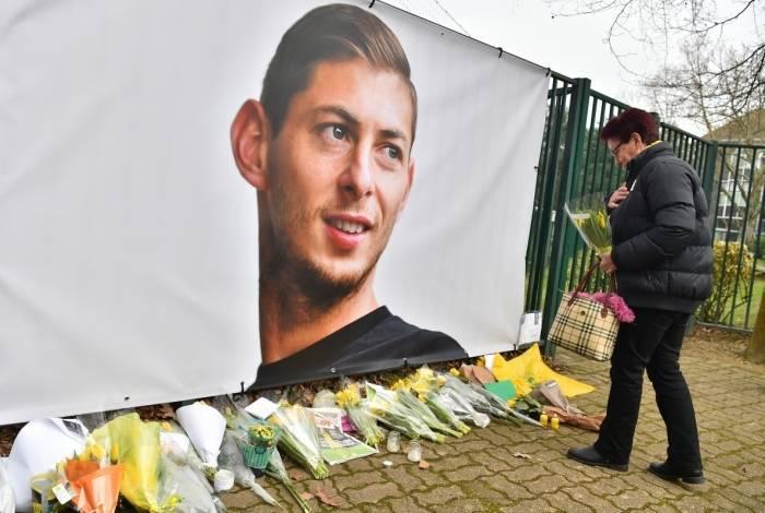 Torcedora do Nantes deixa flores na entrada do CT do clube, na França