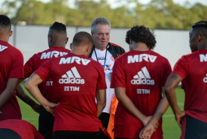 Abel conversa com os jogadores no treino: promessa de muito trabalho para ajustar o time rumo aos títulos
