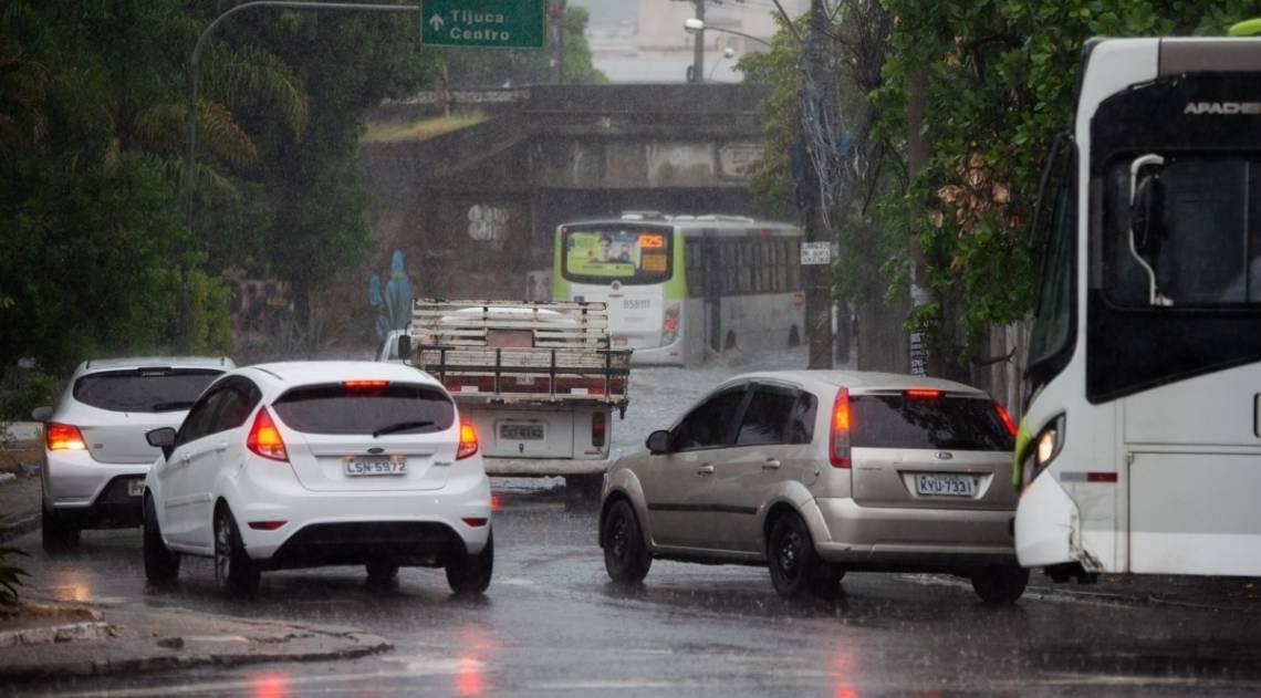 Forte chuva que caiu no fim da tarde desta sexta feira alagou o Buraco do Padre, no bairro do Engenho Novo, zona norte do Rio