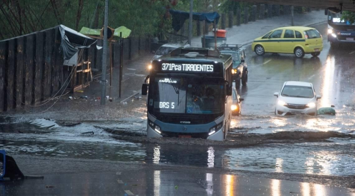 Na Zona Norte, um bolsão d'água atrapalhou a circulação de veículos no viaduto da Mangueira