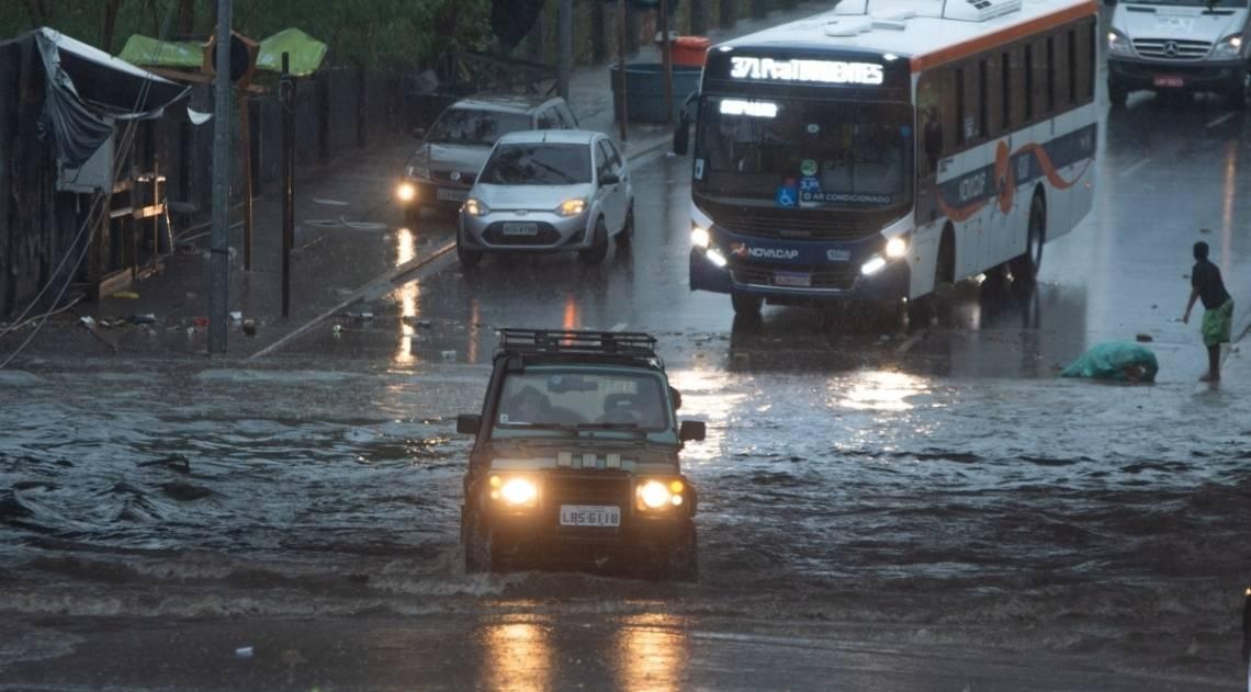 Chuva forte no final da tarde, alagou a parte de baixo do viaduto da Mangueira, zona norte do Rio
