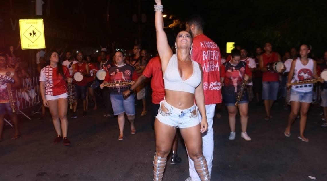Viviane Araújo no ensaio de rua do Salgueiro, na noite desta quinta-feira, na Zona Norte do Rio
