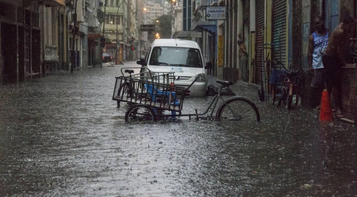 Ruas da Lapa viraram rios com os alagamentos. Perto dali, a Rua do Catete foi interditada após enchente