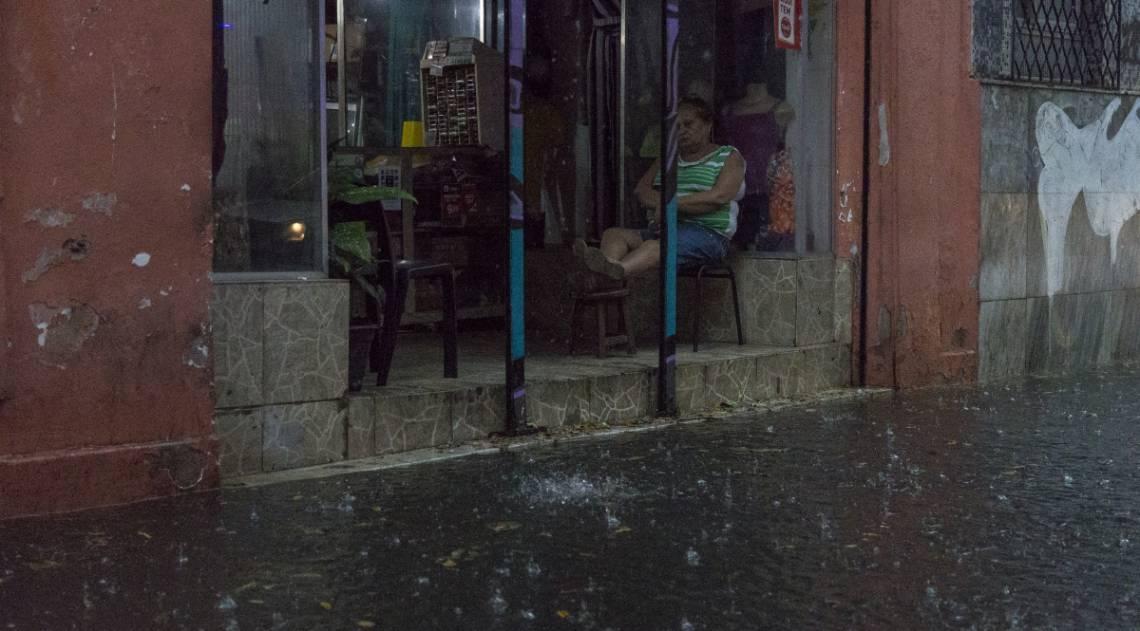 Na Lapa, ruas viraram rios e pessoas ficaram ilhadas nas lojas