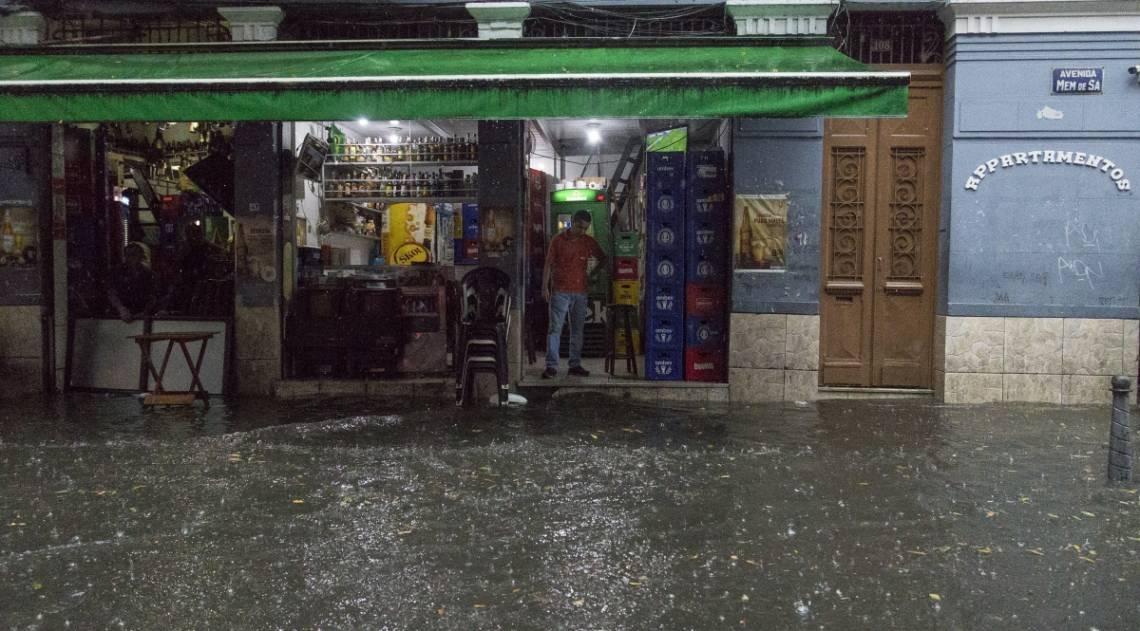 Forte chuva atinge o bairro da Lapa na regiao Central do Rio de Janeiro. Foto: Daniel Castelo Branco / Agencia O Dia