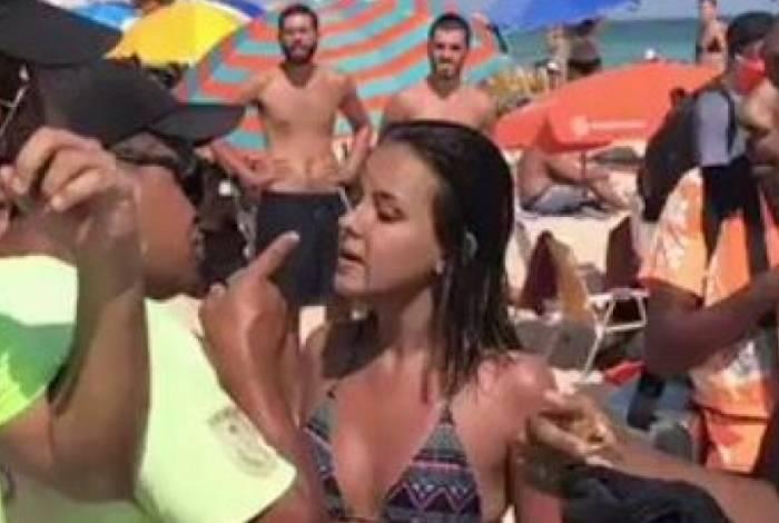 PM agrediu menina e correu atrás para bater com cassetete em outro jovem na Praia de Ipanema