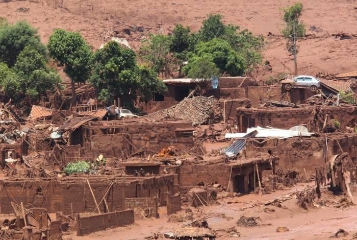 Moradores de Brumadinho (MG) observam a destruição que atingiu a comunidade da Vila da Feterco
