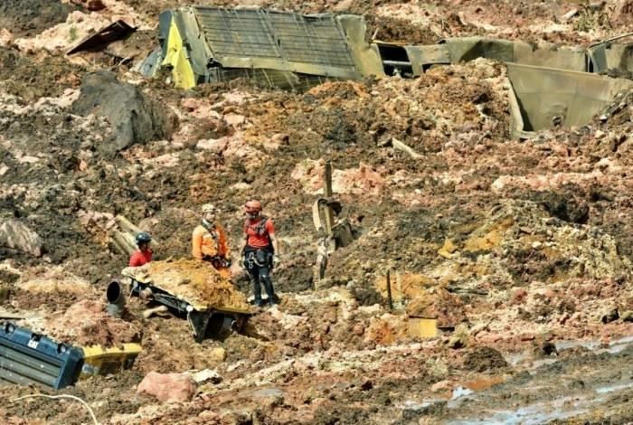A barragem da mina do Feijão, situada em Brumadinho, na região metropolitana de Belo Horizonte (MG), se rompeu nesta sexta-feira (25). Segundo o Corpo de Bombeiros, o rompimento ocorreu na altura do km 50 da Rodovia MG-040. Um helicóptero dos bombeiros sobrevoava a região em busca de vítimas. Quase três anos depois do rompimento da barragem de Fundão, da mineradora Samarco (Vale e BHP), em Mariana, Minas Gerais, em novembro de 2015, mais um desastre ameaça o Estado.