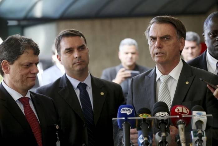 Flávio e Jair Bolsonaro: população desaprova interferência de filhos