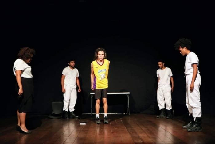 Em cena os atores Andrew Sena, Kauê Itabacema, Mari Oliveira, Diogo Olissil e Fernanda dos Santos