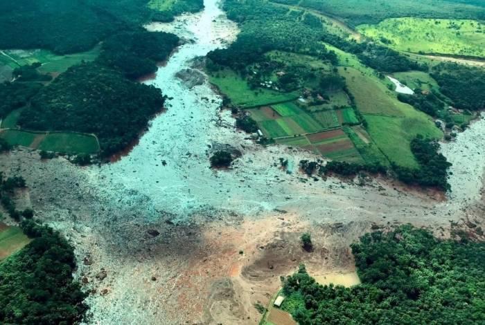 A paisagem na zona rural de Brumadinho: casas, plantações e uma pousada cobertas pelos rejeitos da produção mineral da Vale