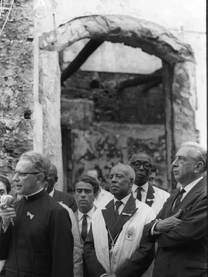 O governador Negrão de Lima, à direita, representantes do Patrimônio Histórico, e autoridades eclesiásticas participavam de solenidade de lançamento  da pedra fundamental  da reconstrução da Igreja de Nossa Senhora do Rosário e São Benedito dos Homens Pretos, na Rua Uruguaiana, em 13 de maio de 1967. Um incêndio  havia destruído o templo dois meses antes.