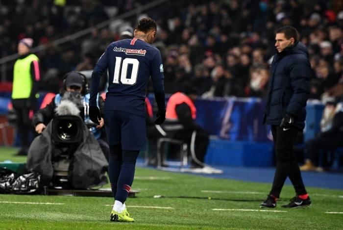 Neymar deixa o campo na partida em que lesionou o pé direito: expectativa de retornar aos gramados ainda neste mês