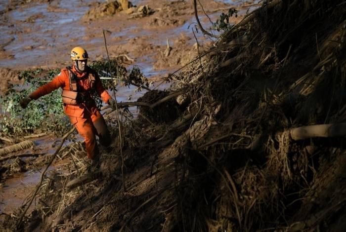 Bombeiros procuram vítimas no entorno de Brumadinho,Minas Gerias,no quarto dia de buscas após o rompimento de uma barragem da Vale