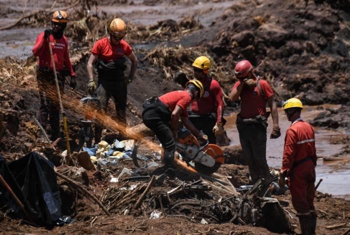 Equipes de resgate trabalham na busca de vítimas, no quarto dia após o rompimento da barragem de uma mina em Brumadinho, Minas Gerais