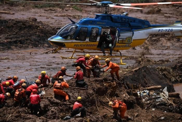Helicóptero dá apoio ao trabalho de equipe de resgate que busca vítimas do rompimento da barragem de uma mina da Vale em Brumadinho, Minas Gerais