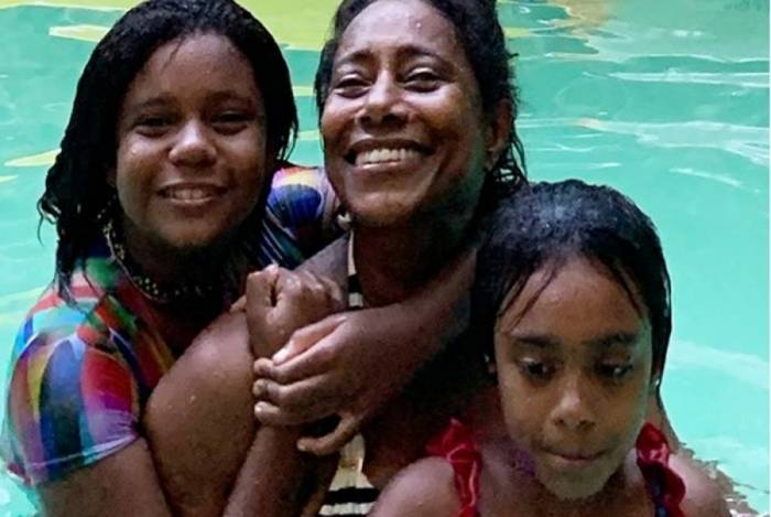 Glória Maria se diverte na piscina com as filhas Maria e Laura