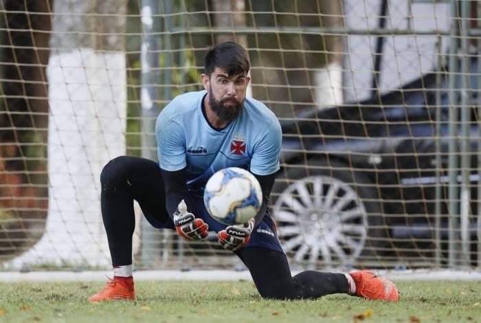 O goleiro Fernando Miguel criticou a atuação do time na derrota para o São Paulo e pediu mais empenho hoje