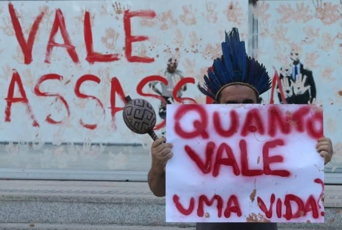 Manifestantes jogaram lama e tinta vermelha em frente a sede da Vale