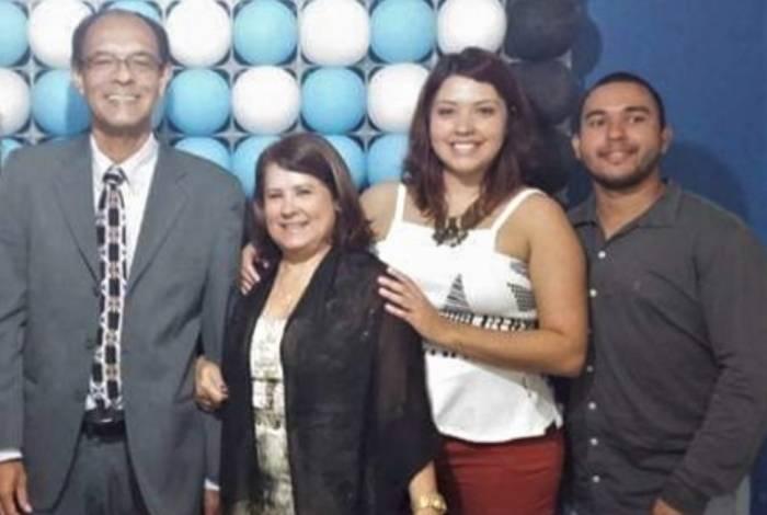 Professor universitário, Marco Antônio alega ter sofrido preconceito com a mulher, Zeni; a filha, Priscila, e Thiago