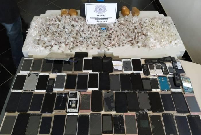 Seap apreende mais de 60 celulares em operação dentro de unidade prisional em Japeri.