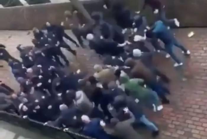 Briga entre torcedores de Everton e Millwall