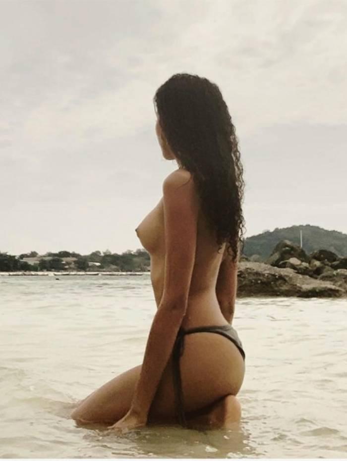 Lea T faz topless na Tailândia