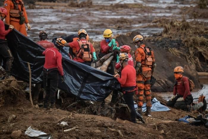 Socorristas retiram o corpo de vítima: autoridades falam em 157 mortos e 165 desaparecidos