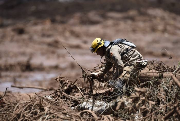 Um socorrista procura vítimas do rompimento da barragem de sexta-feira perto da cidade de Brumadinho, em 28 de janeiro de 2019