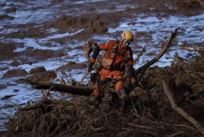 Socorrista procura vítimas do desabamento da barragem de Brumadinho
