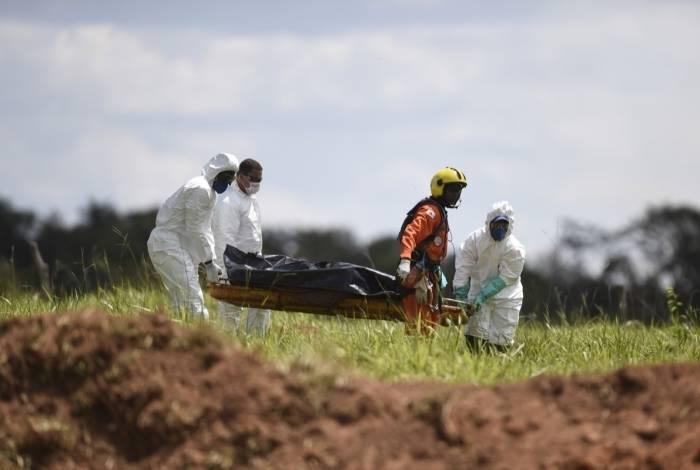 Equipes de resgate carregam um corpo recuperado após o colapso da barragem de sexta-feira em Córrego do Feijão, perto da cidade de Brumadinho