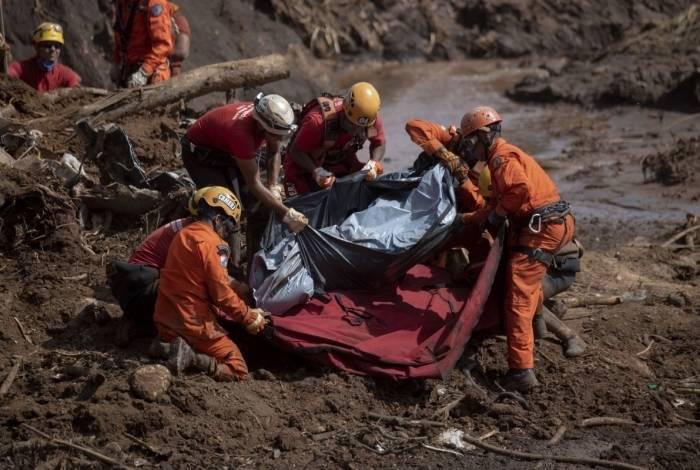 Bombeiros recuperam o corpo de uma vítima em Brumadinho