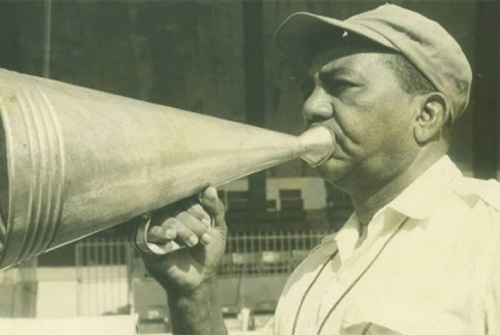 Gentil Cardoso com seu inseparável megafone durante um treino na Ilha do Governador