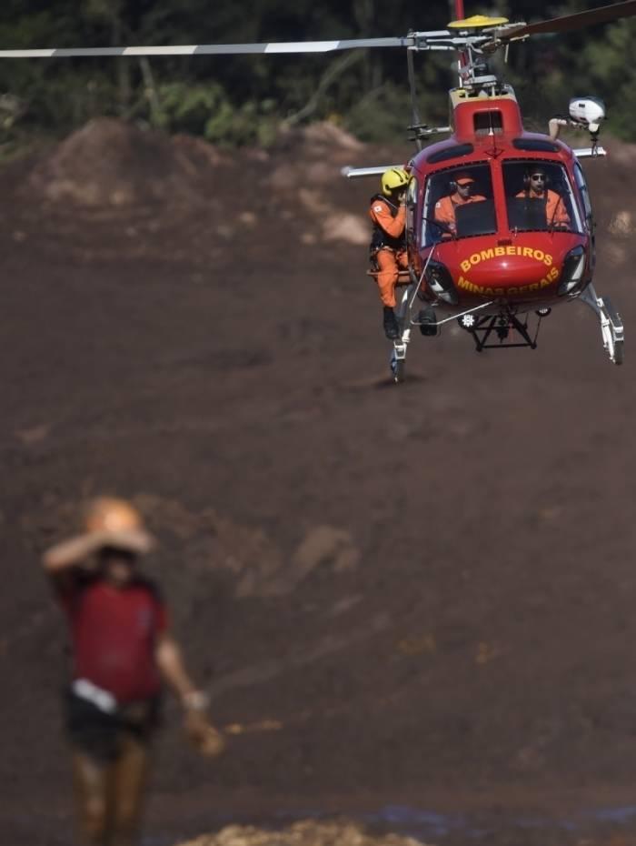 Equipes de resgate buscam vítimas do rompimento da barragem de sexta-feira perto da cidade de Brumadinho, Minas Gerais, no dia 28 de janeiro de 2019